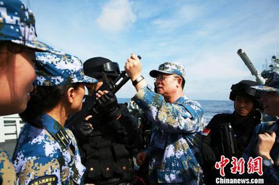 杨志亮向护航官兵讲述南沙海战情形。