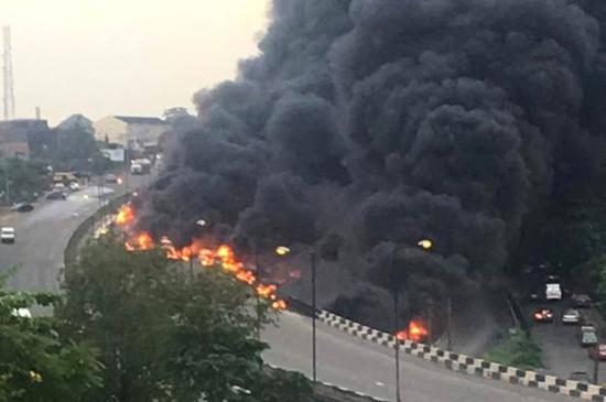 尼日利亚油罐车爆炸50多辆车被点燃 至少9人死亡