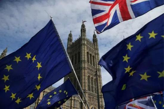 这是6月11日在英国伦敦拍摄的英国议会大楼前的英国国旗和欧盟旗帜。新华社/法新