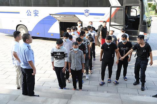 民警将犯罪嫌疑人押解回东阳。蔡伟华供图