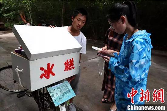 """在景区的帮助下,赵龙得以进入景区""""卖冰棍,挣学费,上大学""""。"""