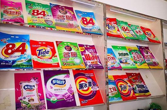 一家从事排版设计的店铺,货架上都是艇牌84消毒液、金运洁Tide洗洁精等仿冒包装袋。摄影:崔梁凡