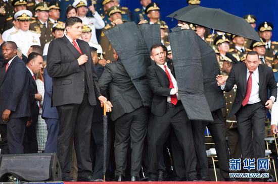 8月4日,在委內瑞拉首都加拉加斯,安全人員保護總統馬杜羅。新華社發
