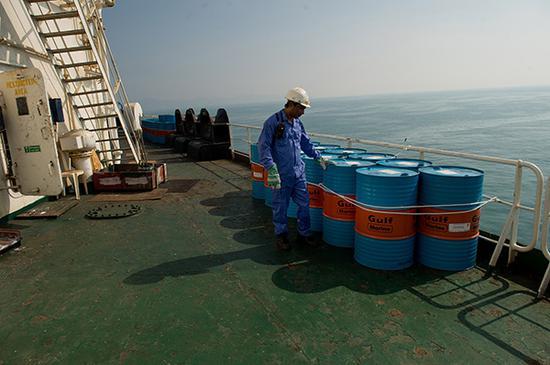 2018年3月28日,伊朗阿巴斯港,一条油船将把原油从伊朗运往印度。视觉中国 资料