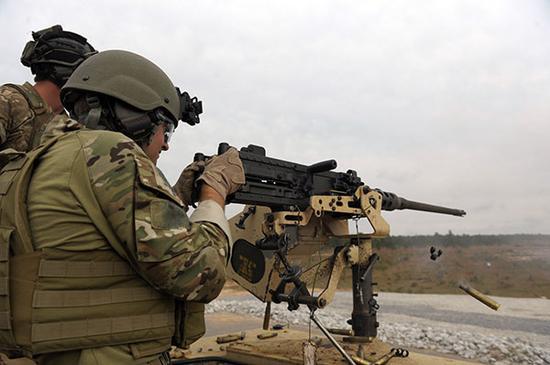 资料图片:12.7毫米M2勃朗宁车载重机枪。(图片来源于网络)