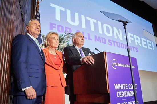 """朗格尼(右)和格罗斯曼(右)在当天的活动中宣布""""学费全免""""计划 图自纽约大学"""