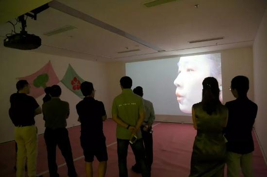 叶甫纳展出了她的影像及装置作品《乒乓流》。艺术家探讨了权威结构和多元文化的关系。