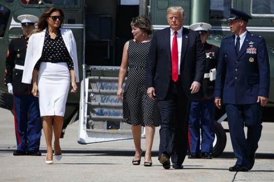 """英媒称,盛传8月24日陪美国总统特朗普到俄亥俄州首府哥伦布市的是第一夫人梅拉尼娅的""""分身""""。(美联社)"""