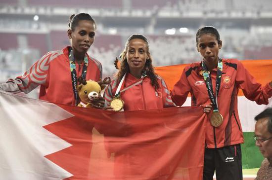 田径女子1500米巴林选手贝夫卡杜(中)夺冠。新华社记者李贺摄