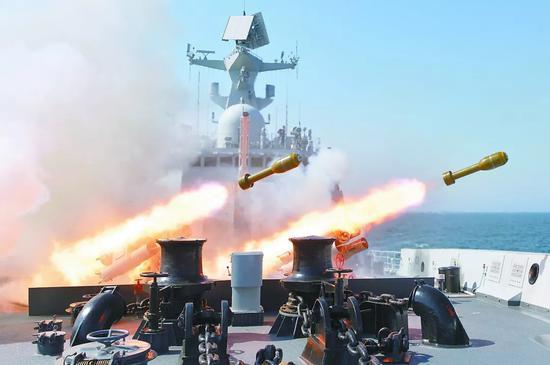 图为我海军某舰艇编队实弹射击训练中,一军舰发射舰艏火箭深弹