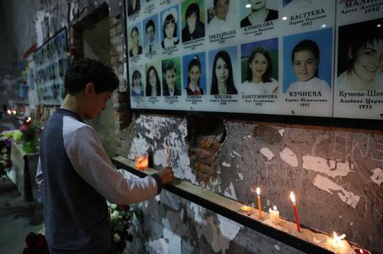 """當地時間2017年9月1日,俄羅斯別斯蘭,民?悼念""""別斯蘭人質事件""""遇難者。視覺中國 圖"""