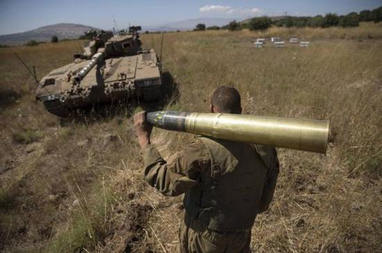 图为在叙以边境地区待命的1辆以军坦克