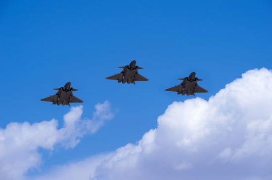 中国空军三架歼-20战机进行编队飞行训练(资料照片)。新华社发(杨军 摄)