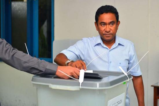 馬爾代夫總統亞明9月23日在馬累一處投票站投票