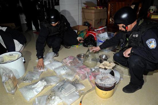 """在上海警方从博社村带走毒贩一年后,广东警方""""雷霆扫毒""""专项行为缉获许多毒品和赃物。图像来历:新华社"""