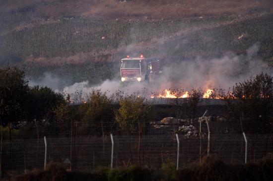 9月1日,一辆消防车停正在黎以疆域四周黎巴老一侧。