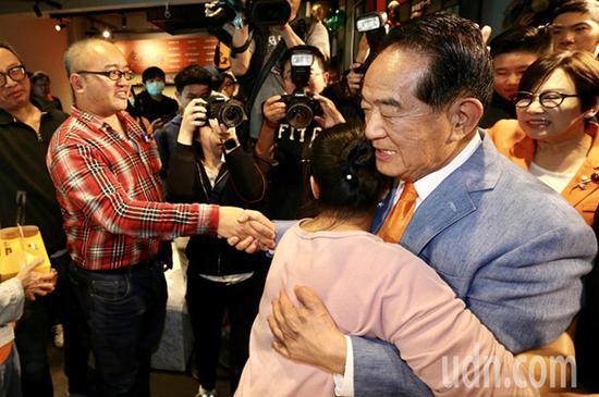 宋楚瑜(右二)与副手人选余湘(右一)在晚上在竞选总部发表感想。随后离开总部时一一向支持者握手、拥抱谢票。(图片来源:台湾《联合报》)