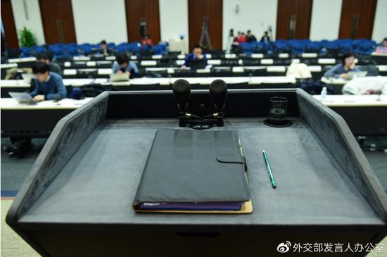 外交部发言人讲台有提词器还是小电脑?官方揭秘图片