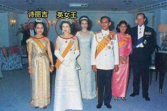 ·身着传统服饰的诗丽吉和英国女王站一起气质不输。