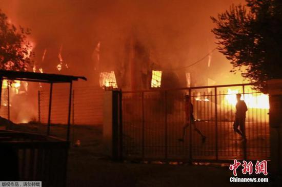希腊最大难民营遭大火烧毁 万人连夜逃离(图)