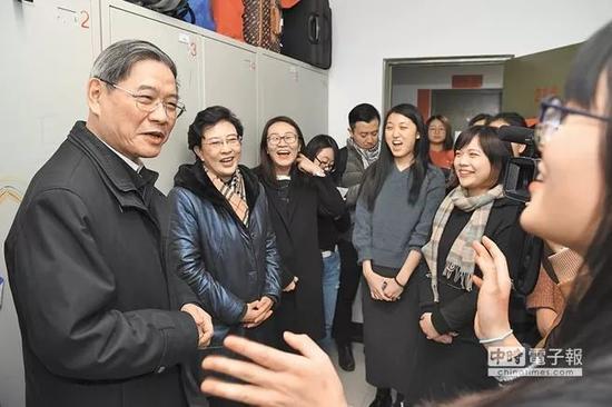 ▲资料图片:国台办主任张志军(左)走访中国人民大学台湾学生宿舍,并与在校台生互动。
