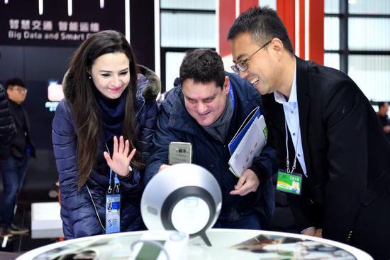 资料图片:2017年12月2日,在浙江乌镇举行的第四届世界互联网大会・互联网之光博览会上,参观者通过家庭智能终端与家庭医生在线交流。新华社记者 李鑫 摄