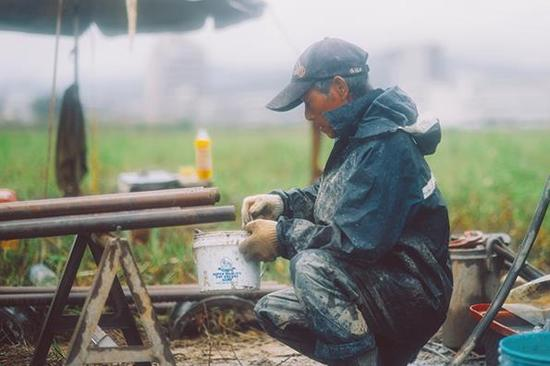 钻探工人在为钢料上润滑油。图:赖小路