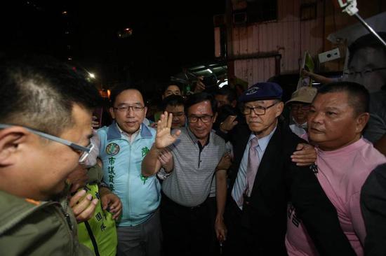 陈水扁(左3)参加陈致中(左二)造势晚会。(图片来源:台湾《联合报》)