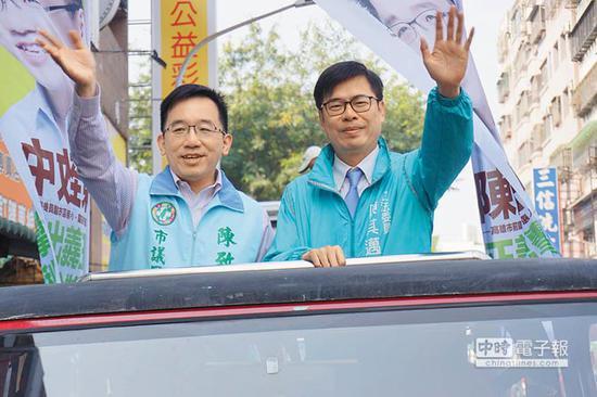 """""""绿委""""陈其迈(右)17日为陈致中(左)扫街拜票。(图片来源:台湾《中时电子报》)"""