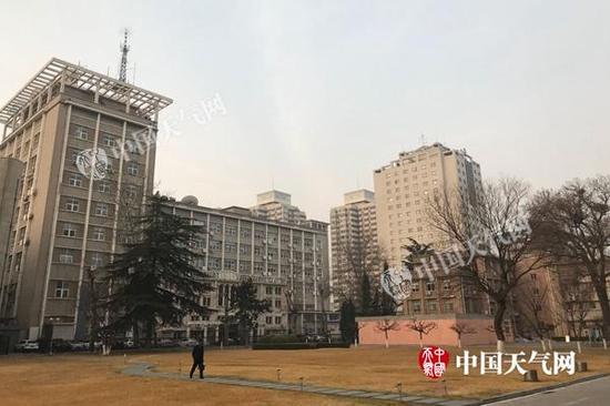 今晨,北京有轻雾。