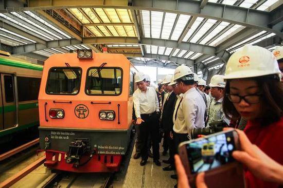 """▲3月6日,越南第一条城市轻轨河内吉灵-河东线进行轨道车试车运行,越南交通部人员试乘之后表示这条按""""中国标准""""建设的城市轻轨快速且稳定。"""
