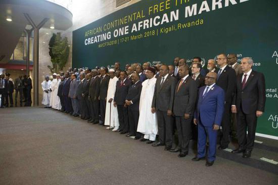 21日,非洲44个国家在卢旺达首都基加利举行的非洲联盟(非盟)首脑特别会议上签署成立非洲大陆自由贸易区协议。(新华社)
