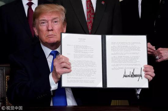 ▲3月22日,美国华盛顿,美国总统特朗普签署总统备忘录。 图/视觉中国