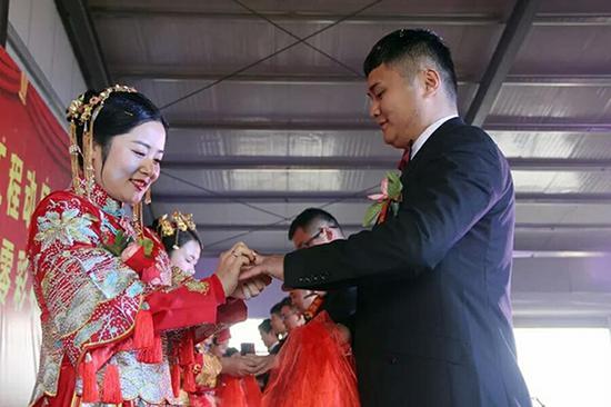 新郎新娘交换婚戒。