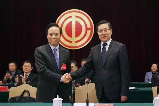 王东明(右)与李建国