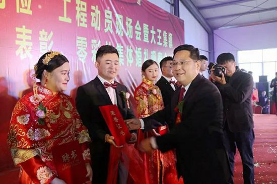 永城市委书记、市长李中华为新人们证婚。本文图均为 永城市 供图