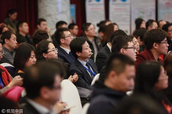 """▲2017年12月14日,""""2017冬季海外人才考察中关村""""团组成员和现场观众听讲。图/视觉中国"""