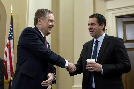 ▲3月21日,在就贸易政策进行作证前,美国贸易代表莱特希泽(左)与众议院情报委员会主席德文·努涅斯握手。(《华尔街日报》)