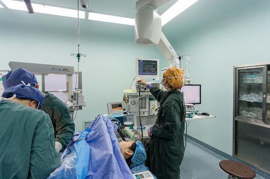 麻醉医生在手术室里监控患者各方面指标