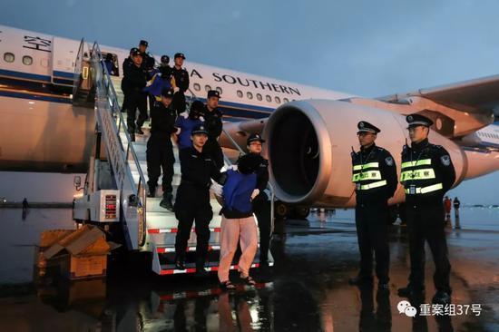 ▲1月6日,深圳警方将涉嫌跨国组织卖淫的犯罪团伙65人押返回国。深圳市公安局供图