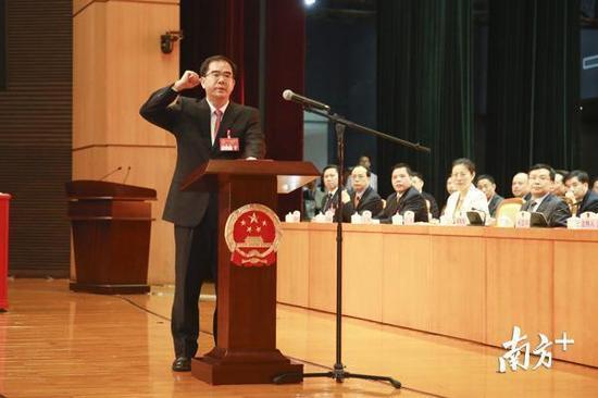 东莞市委书记、市人大常委会主任梁维东宣誓。