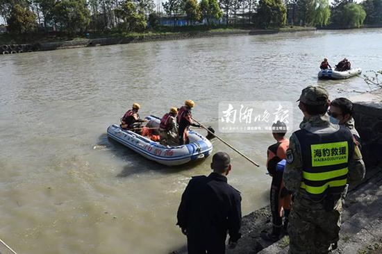 警方组织人员打捞现场