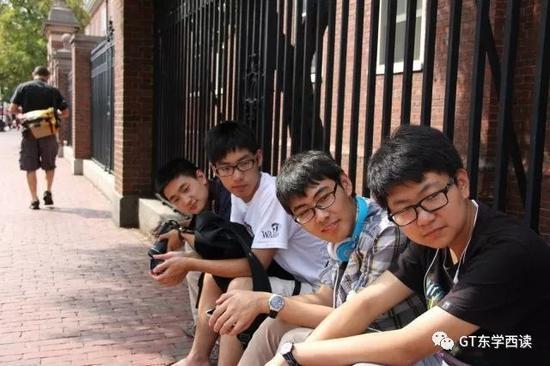 哈佛校门外的几名中国学生