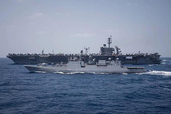 """在返回途中,""""罗斯福""""号航母战斗群还""""顺便""""与印度海军""""塔卡什""""号护卫舰进行了联合演练。"""