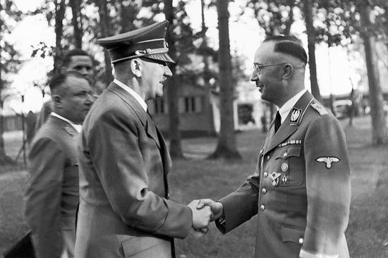 海因里希·希姆莱曾任纳粹党卫队队长、党卫队帝国长官、盖世太保首脑、警察总监、内政部长等职(图为希特勒和海因里希·希姆莱握手照片)