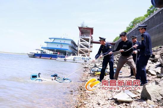 东湖区城管执法局联手多家部门打捞水下单车 本文图均为 南昌新闻网 图