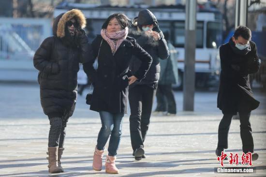 资料图:低温天气,行人包裹严实抵御寒风。 中新社记者 熊然 摄