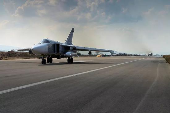 ▲赫迈米姆空军基地上的苏-24轰炸机(维基百科)