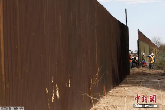 当地时间2018年2月22日,美国加州卡莱克西科附近,美国海关和边境保护局对当地一段边境隔离墙进行更换。