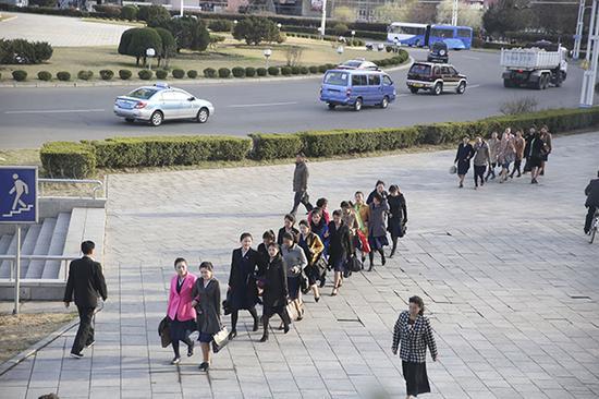 平壤街头,市民下班时分。